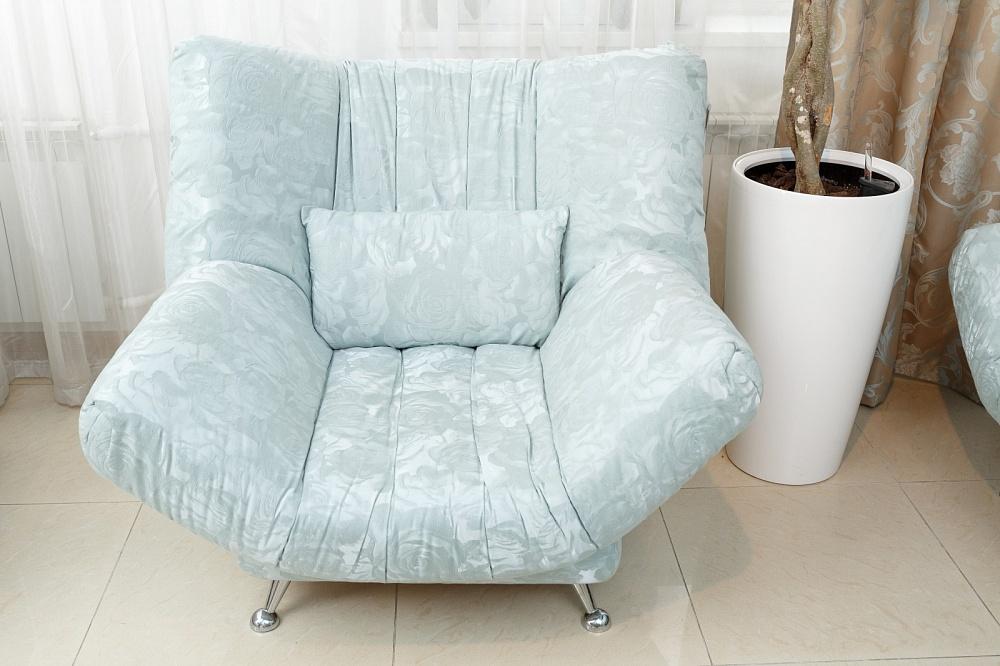 Оригинальный дизайн голубого дивана-кровати