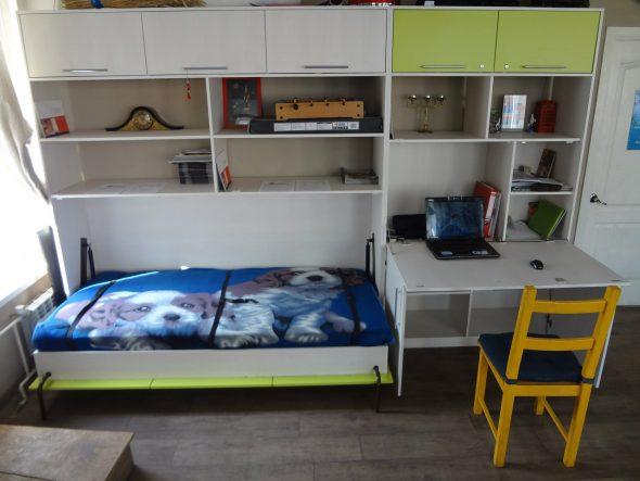 Откидная кровать в маленькой комнате