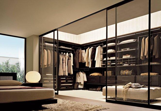 П-образная гардеробная комната в спальне
