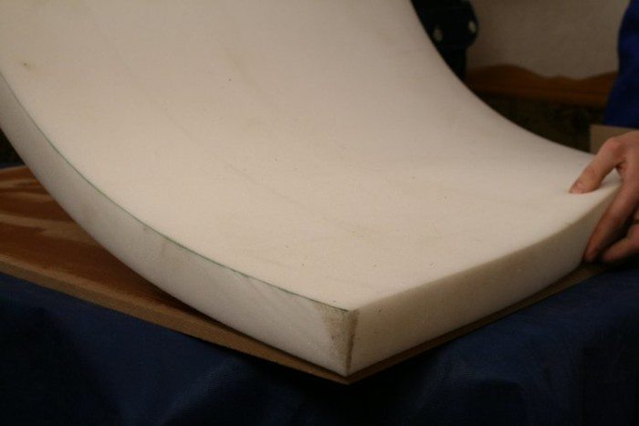 Подгоняем лист поролона под фанеру