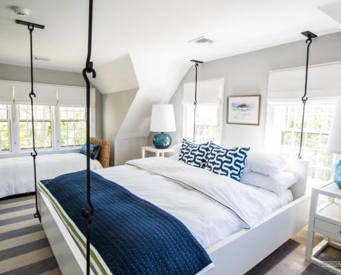 Подвесная кровать у окна