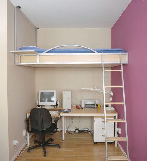 Подвесная кровать в квартире с высокими потолками
