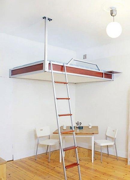 Практичная кровать с лестницей для небольшой спальни