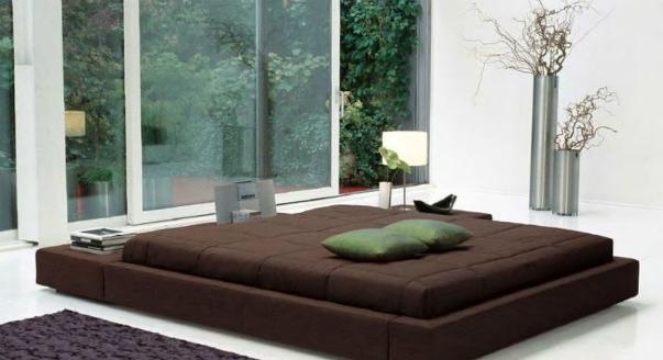 Примеры двуспальных кроватей с подиумом в духе японского минимализма