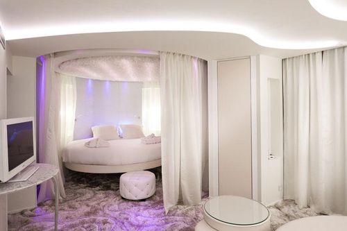 Приятный интерьер современной спальни