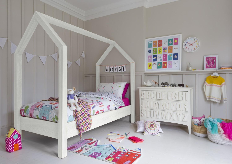 Простая кровать в виде домика