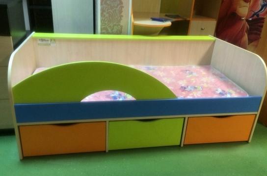 Разноцетные предметы мебели для комнаты ребенка