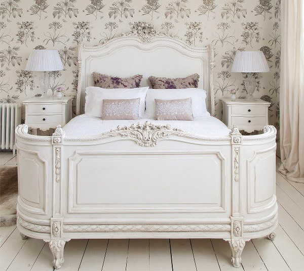 Резьба на покрытии белой кровати