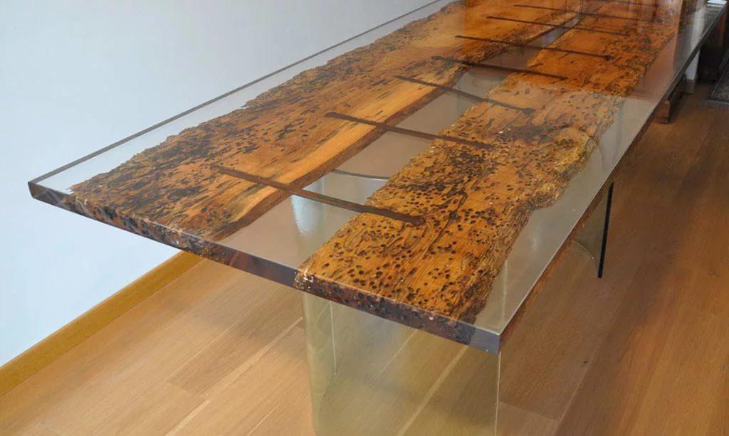 С помощью эпоксидной смолы можно не только самостоятельно создать новую мебель, но и преобразить старую