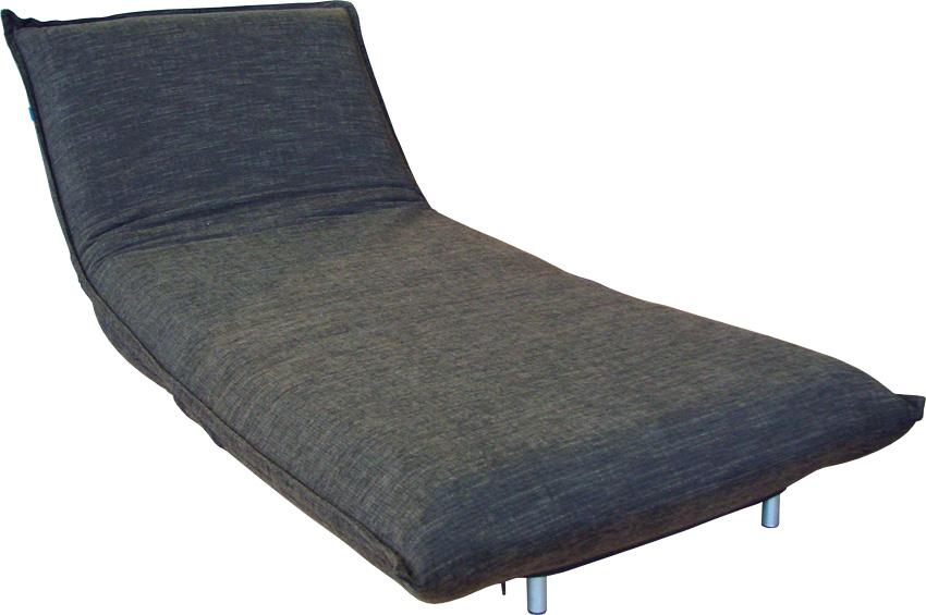 Серое кресло с металлическими элементами