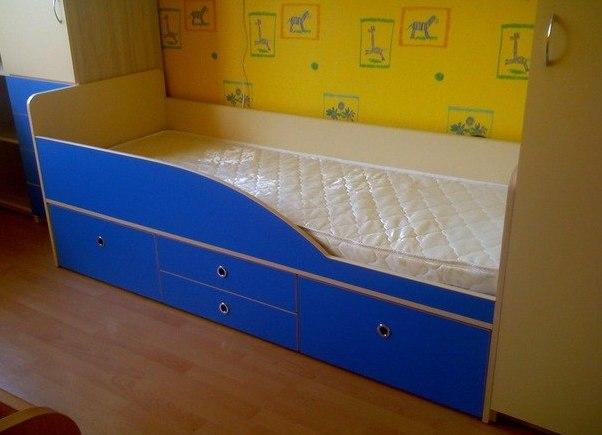Синяя кровать с ящиками