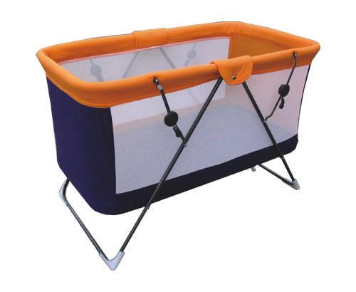 Складная конструкции детской кроватки с манежем для игр
