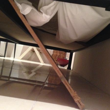 Сломанные элементы кровати