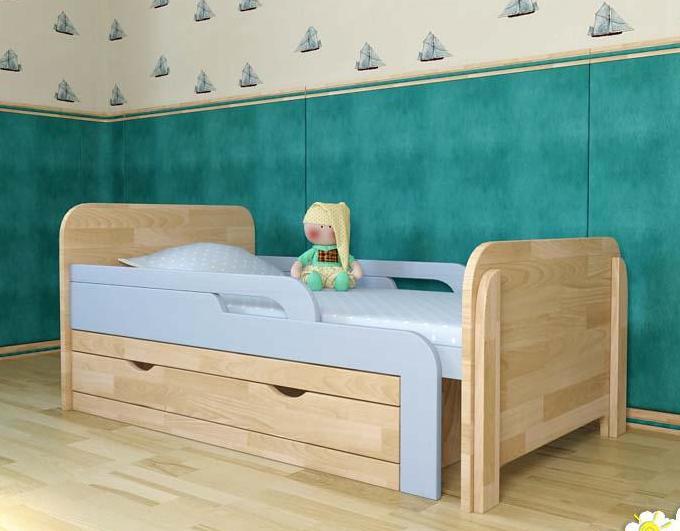 Сосновая кроватка для ребенка с бортиками