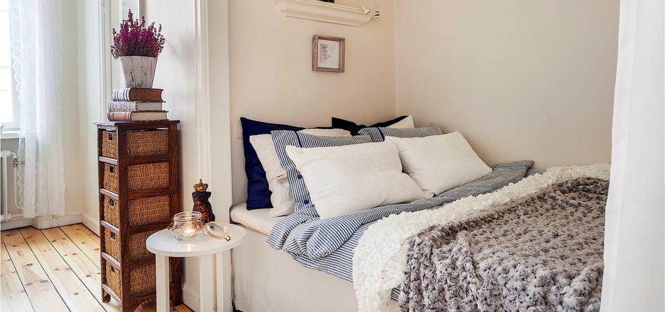 Современная кровать, рпсположенная внутри ниши