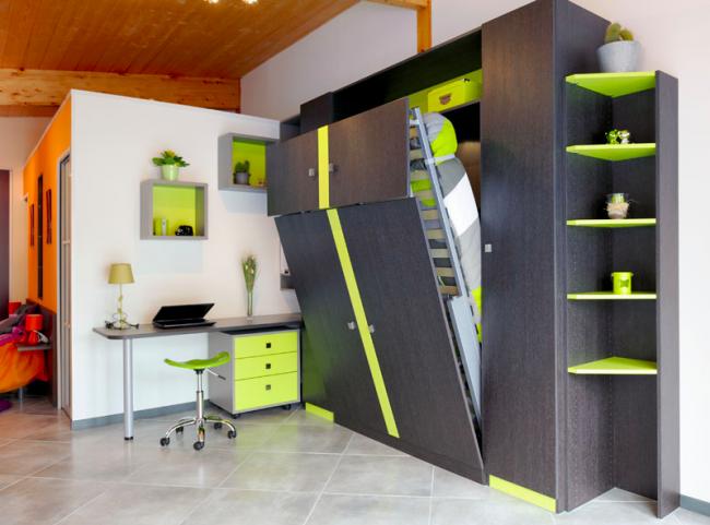 Стильный современный интерьер с кроватью, встроенной в шкаф