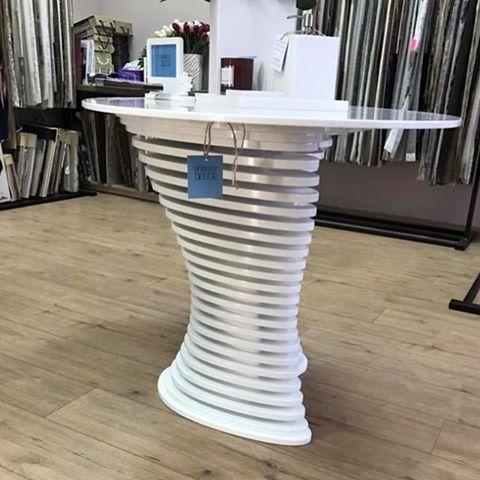 Столик белого цвета, созданный из фанеры