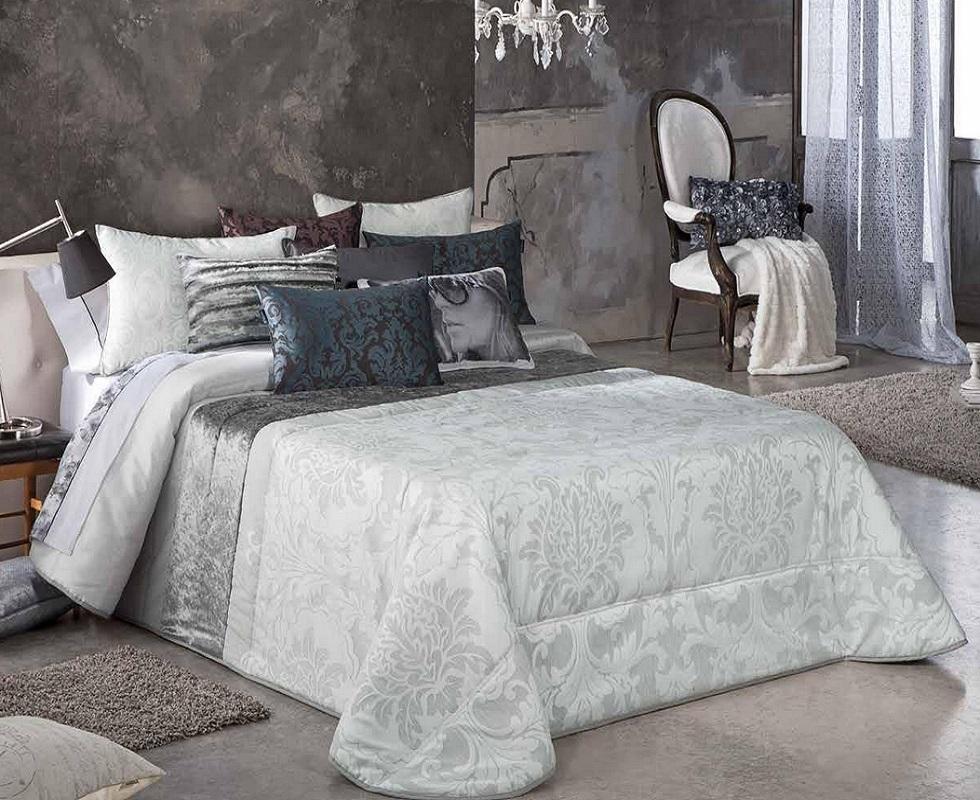 Светло-серое покрывало на кровать