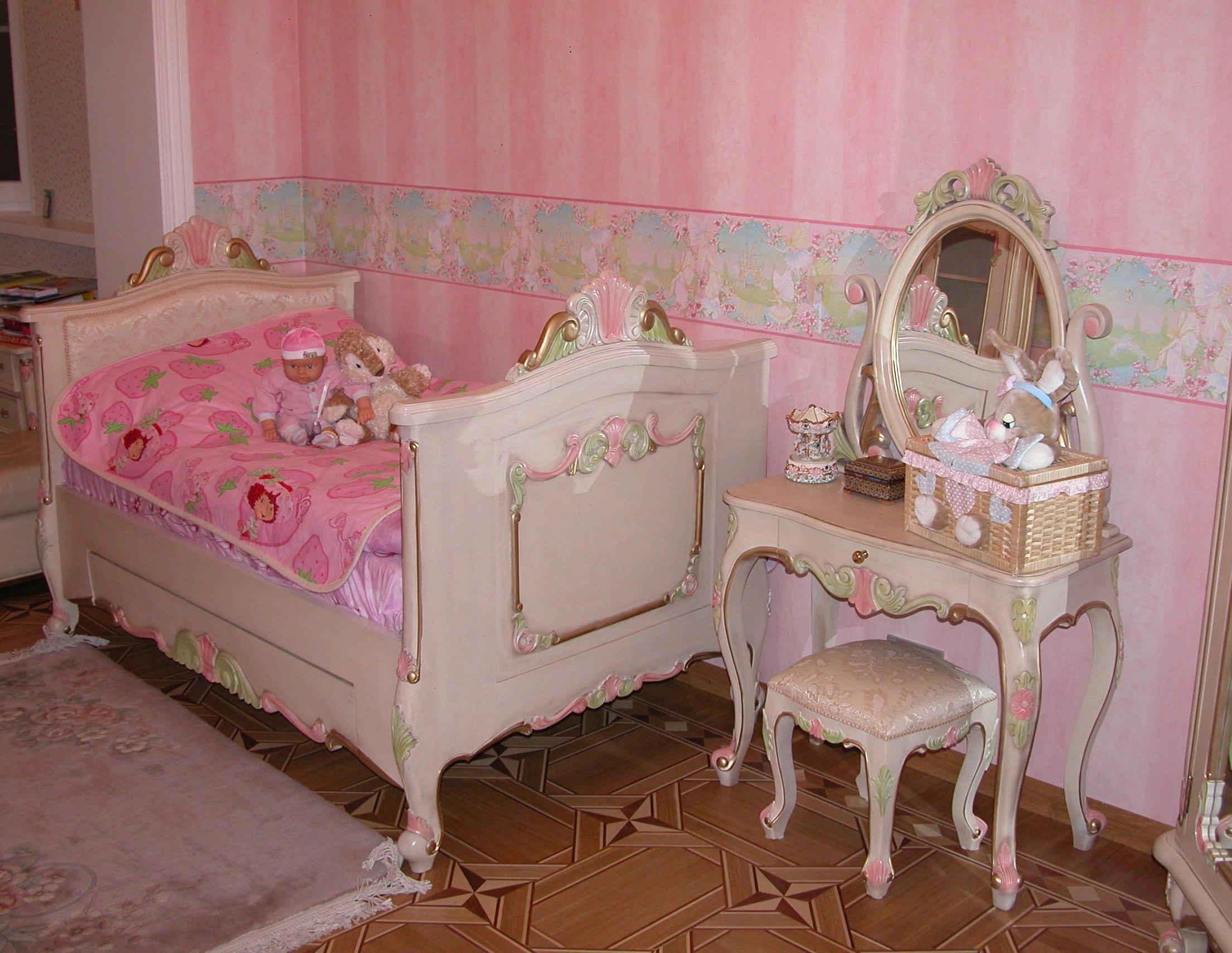 Светлые предметы мебели для ребенка