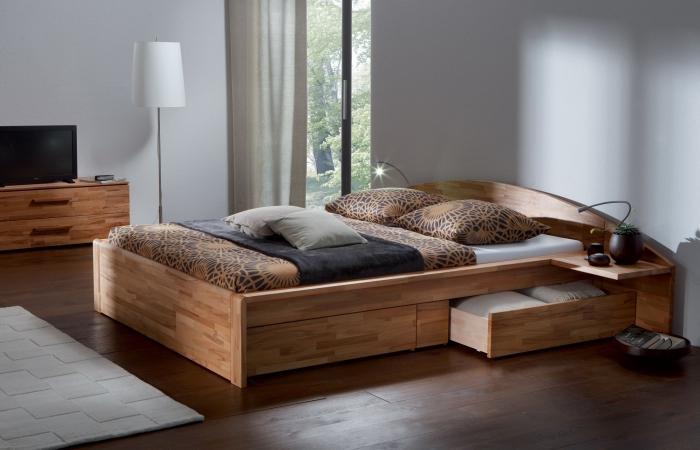 Так, удобные двуспальные кровати могут оснащаться дополнительными боковыми полками