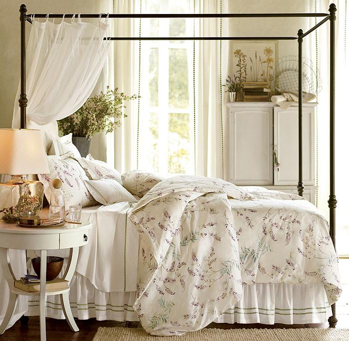 Традиционная средиземноморская кровать в прованской спальне