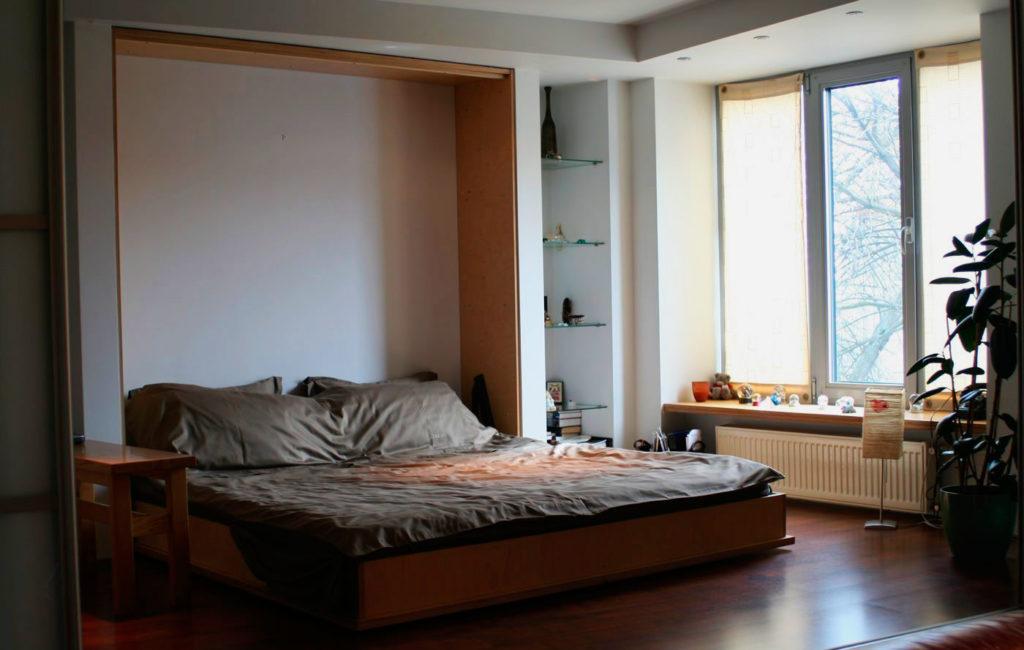 Трансформируемая в стену откидная кровать