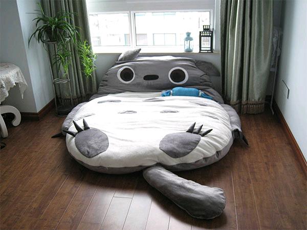 Удобная кровать и спальный мешок