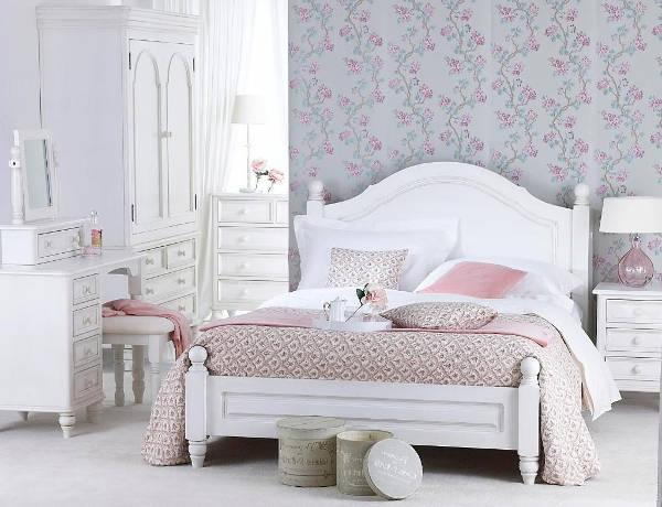 Утонченный вариант оформления спального ложе