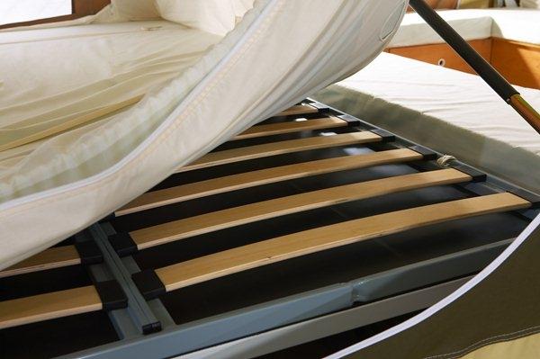 Узкое основание современной кровати
