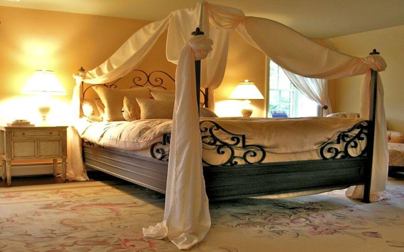 Взрослая кровать с балдахином