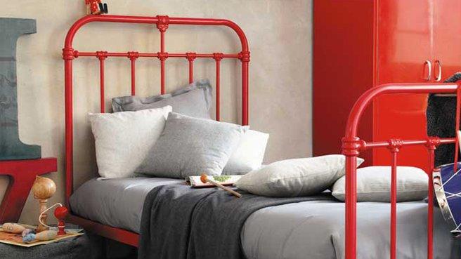 Железная кованая кровать красного цвета