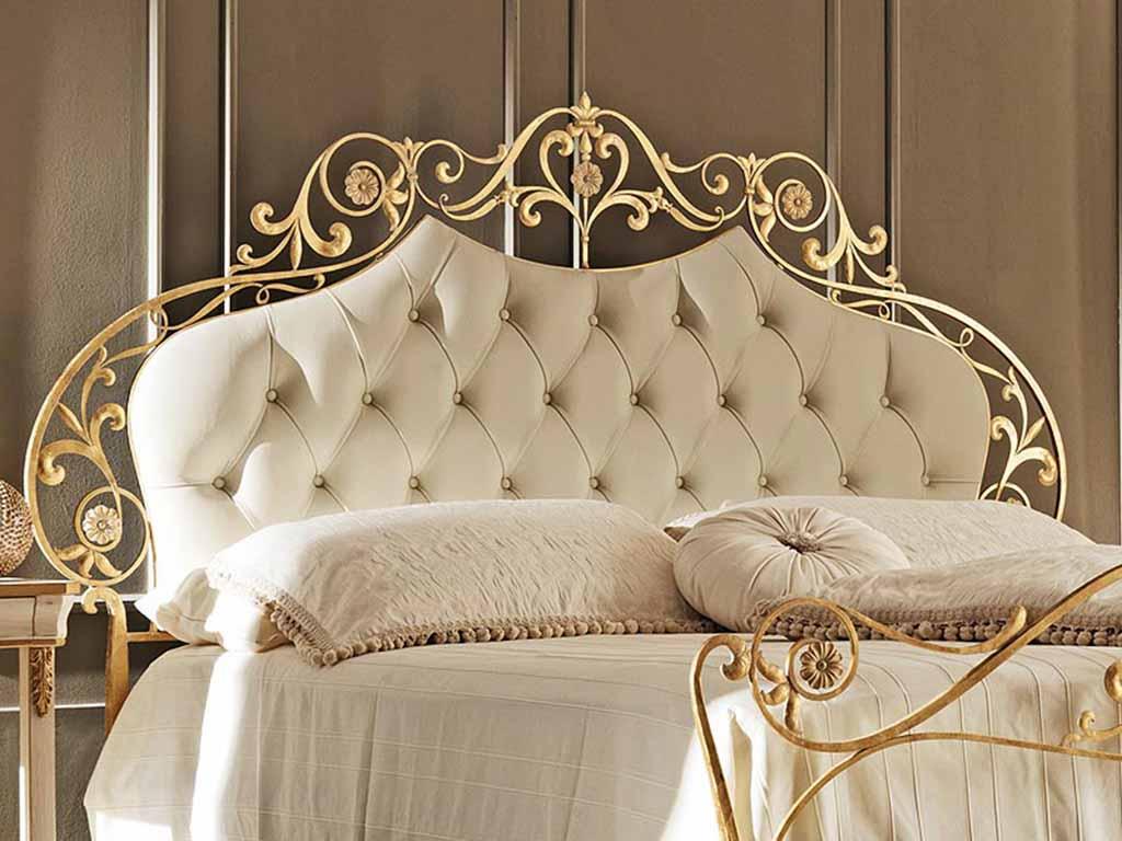 Ажурное изголовье кровати золотистого цвета