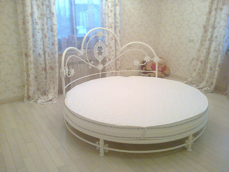 Белая кованая мебель круглой формы