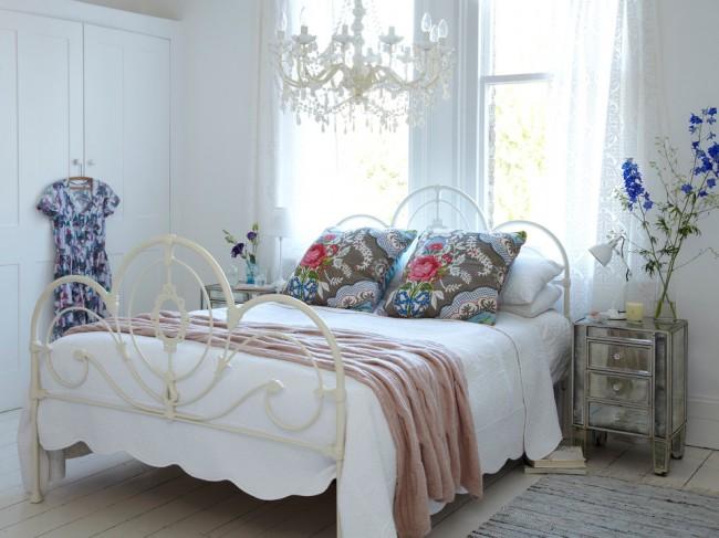 Белая кованая современная кровать