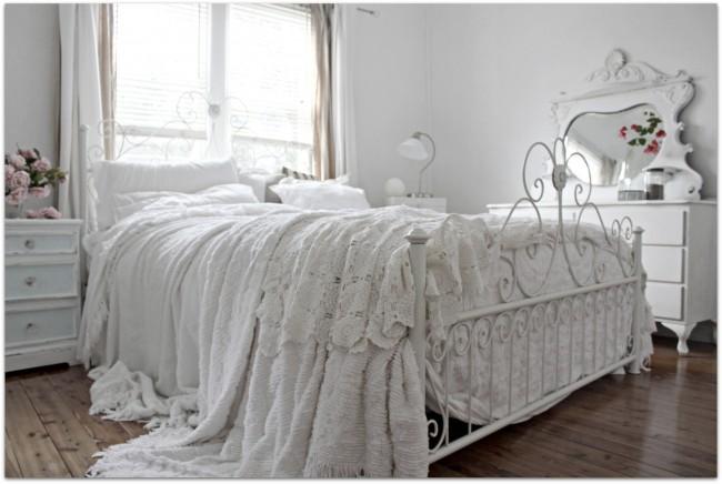 Белая красивая кровать
