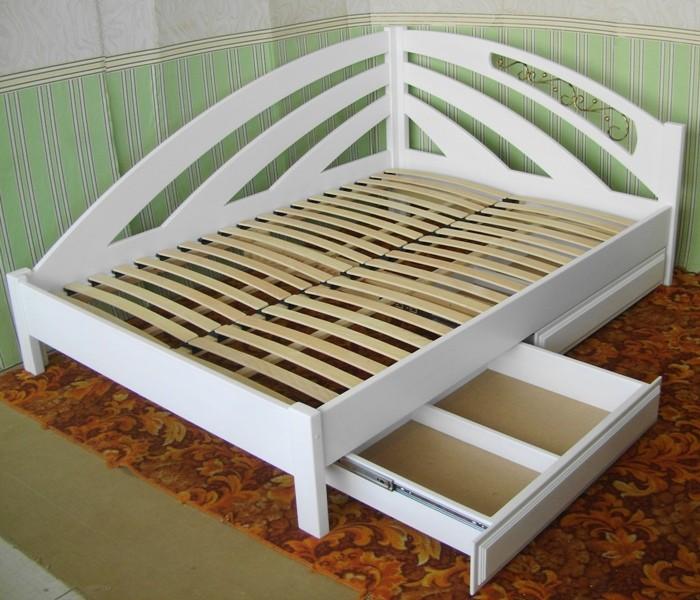 Белая кровать с полками