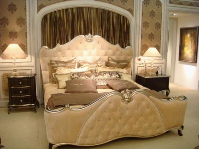 Белая резная кровать в спальню в стиле барокко