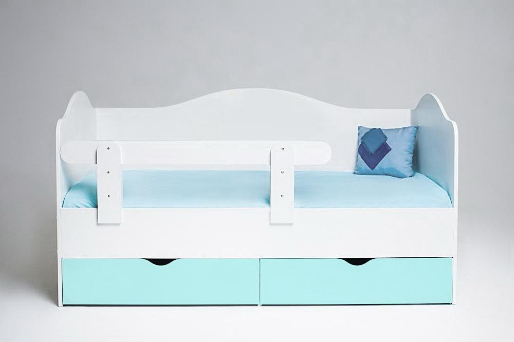 Бело-голубая кровать