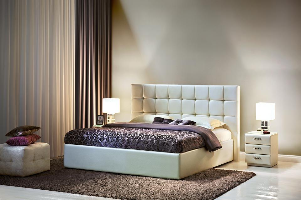 Белое изголовье современной кровати