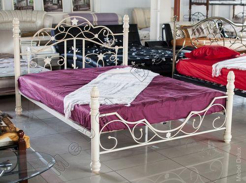 Белые покрытия современной кровати