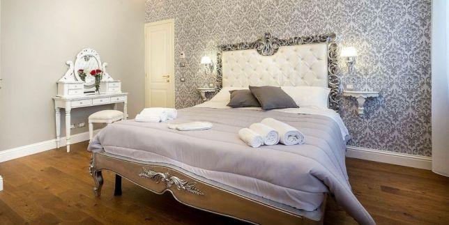 Большая белая кровать