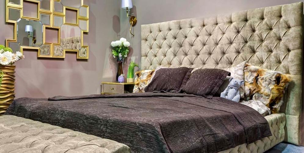 Большая двуспальная кровать в интерьере спальни