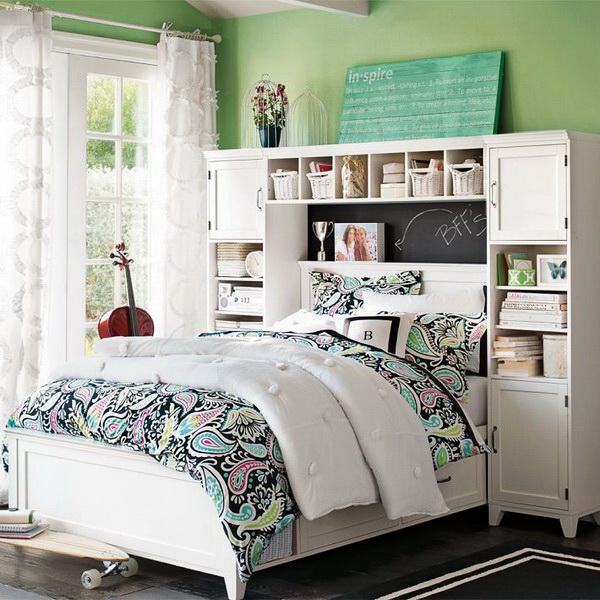 Большая кровать со стеллажом в изголовье