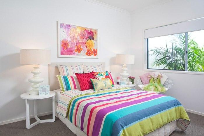 Большую кровать можно украсить
