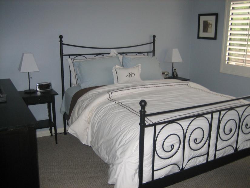Черный каркас современной двуспальной кровати