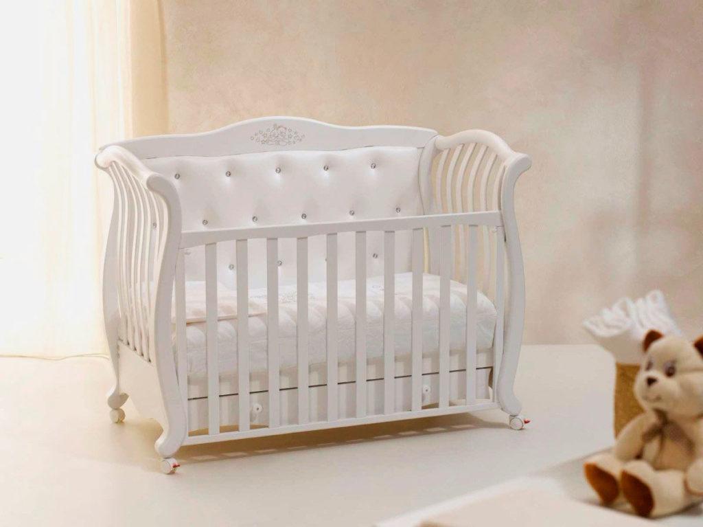 Деревянная кровать для новорожденного в классическом стиле