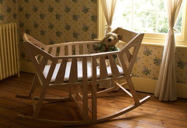 Деревянная кроватка-качалка для новорожденного