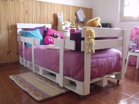 Детская кровать из паллет на колёсиках и с боковыми ограничителями