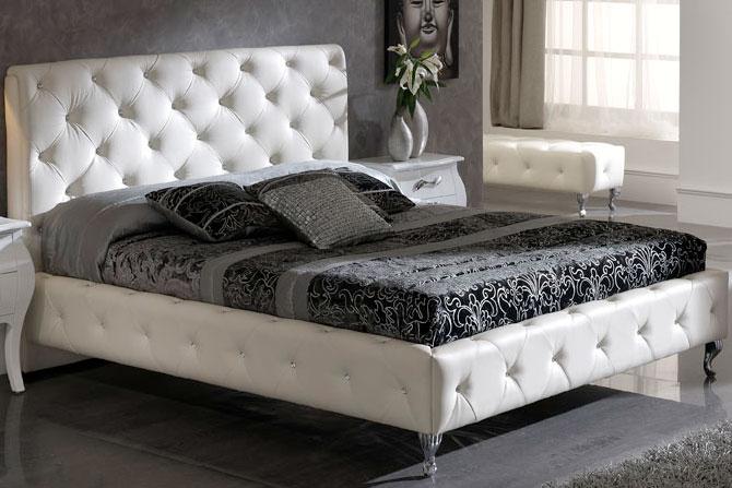 Двуспальная красивая белая кровать с декором