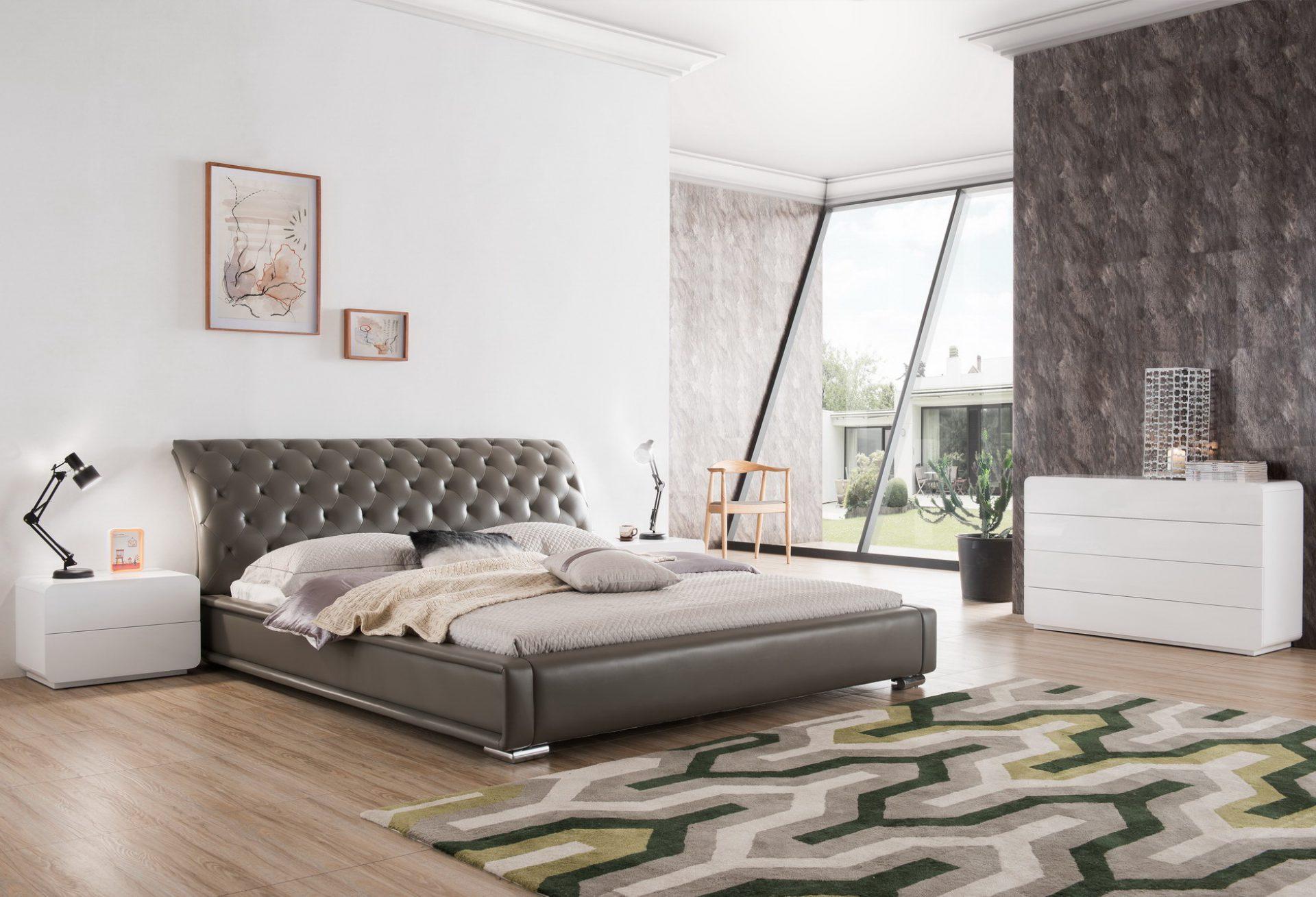 Двуспальная кровать серая со стеганым изголовьем